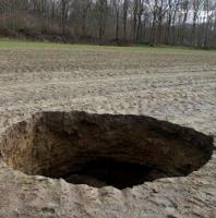 ايجاد گودال دو متری در زمينی در شهر ايپر